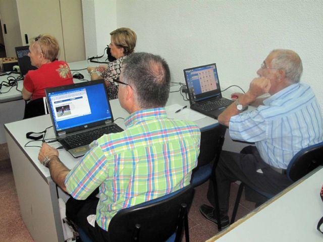 Los mayores empiezan dos nuevos cursos de informática - 1, Foto 1