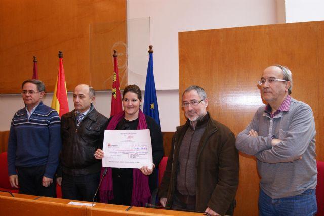 La Concejal de Cultura recibe una ayuda solidaria de 627 € por parte de las corales lorquinas participantes en el concierto benéfico de Navidad - 1, Foto 1