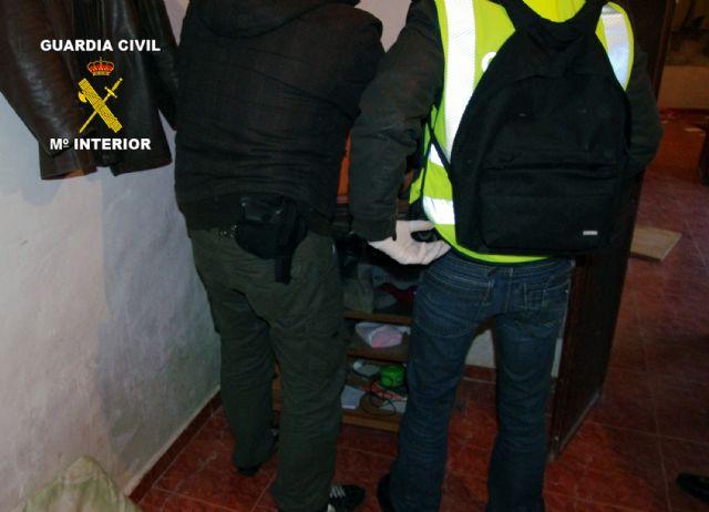 La Guardia Civil desarticula un grupo criminal responsable de 12 atracos en estancos y bazares de la Región - 1, Foto 1