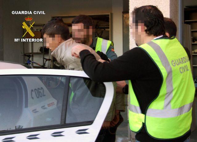 La Guardia Civil desarticula un grupo criminal responsable de 12 atracos en estancos y bazares de la Región - 3, Foto 3