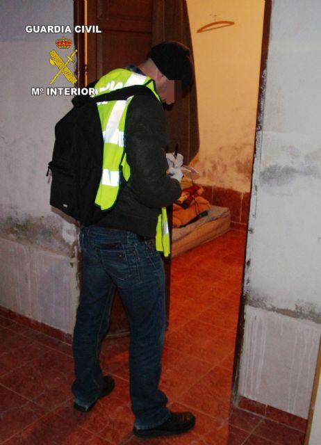 La Guardia Civil desarticula un grupo criminal responsable de 12 atracos en estancos y bazares de la Región - 4, Foto 4