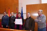 La Concejal de Cultura recibe una ayuda solidaria de 627 € por parte de las corales lorquinas participantes en el concierto benéfico de Navidad