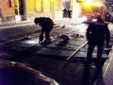 Protecci�n Civil y Bomberos retiran un tejado de chapa que arranc� el temporal de viento en una vivienda de la calle España
