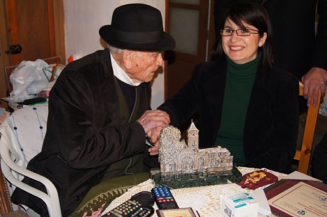 The mayor congratulated the Uncle John Rita at home for his birthday one hundred