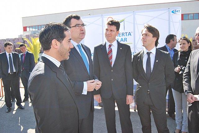 El alcalde acompaña al consejero de Universidades, Empresa e Investigación en la visita a una cubierta solar ubicada en el polígono de Alhama, Foto 1