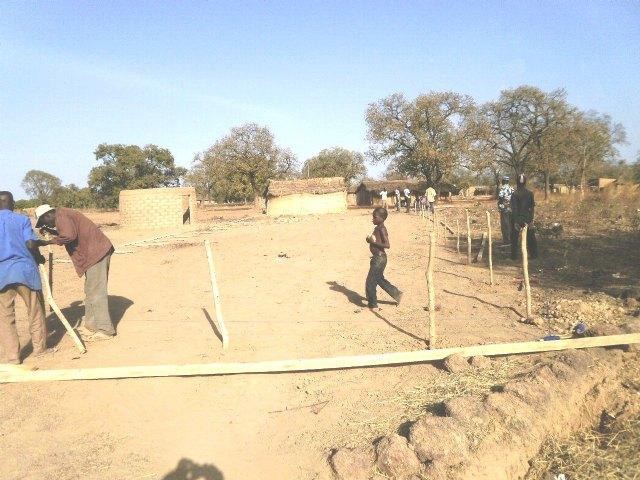 El pasado Martes, 7 de Febrero, comenzaba en un lejano rincon perdido del Africa más ancestral la construcción de un nuevo colegio, Foto 1