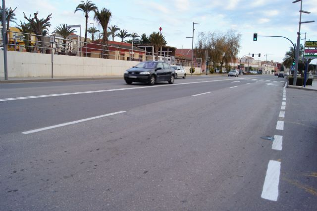 They carry out work repainting road markings and maintenance in the Avenida Juan Carlos I