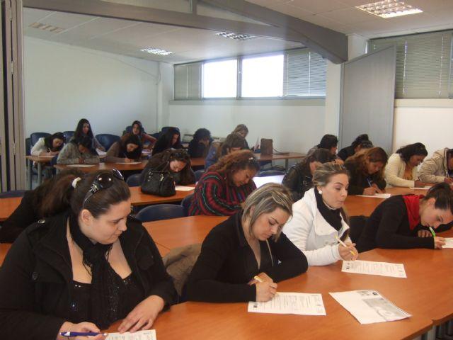 M�s de una treintena de personas se presentan a la prueba de selecci�n del curso Auxiliar de centros de est�tica y belleza, Foto 1