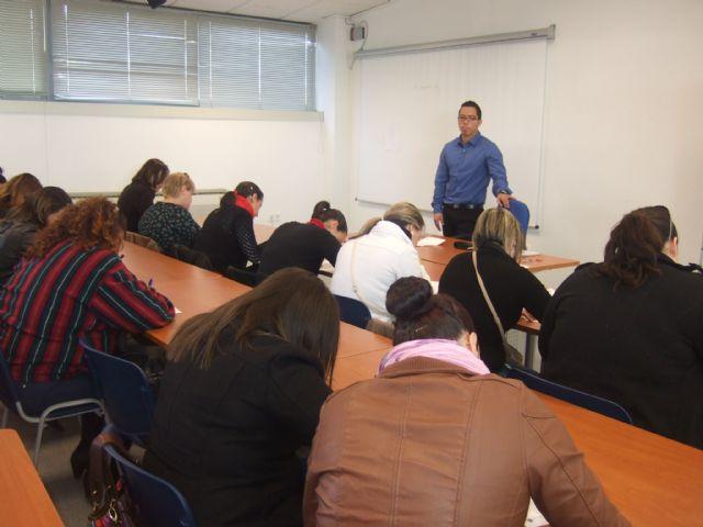 M�s de una treintena de personas se presentan a la prueba de selecci�n del curso Auxiliar de centros de est�tica y belleza, Foto 2