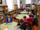 Escolares de las escuelas infantiles y los colegios participan en una actividad de cuentacuentos en la biblioteca municipal