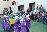 Los niños del colegio torreño 'Divino Maestro' sacan 'Los Pasitos' en procesión