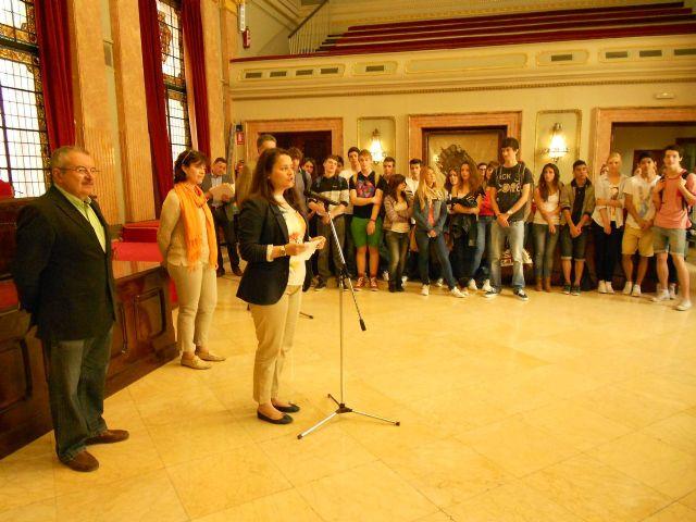 María Dolores Sánchez recibe a los participantes en el proyecto Comenius liderado por el IES Cascales - 1, Foto 1