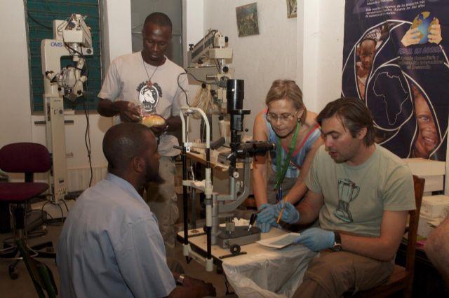 Los voluntarios de Azul en Acción realizan cerca de 2.300 intervenciones y consultas oftalmológicas en Togo - 4, Foto 4