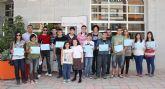 El Ayuntamiento entrega 20 becas para transporte escolar a estudiantes lumbrerenses