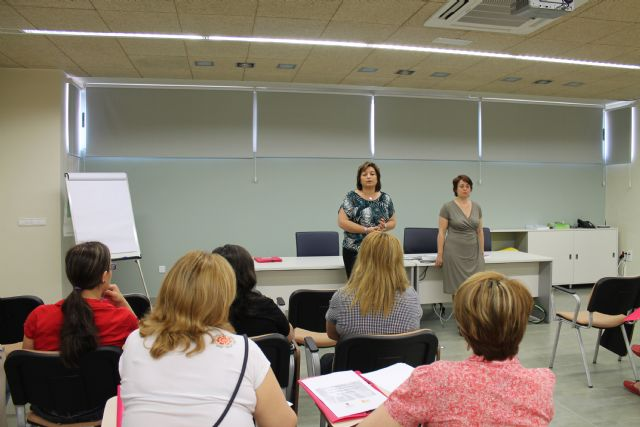 Mujer clausura un curso de Ofimática e inaugura otro de Atención a Personas Mayores Dependientes, Foto 1