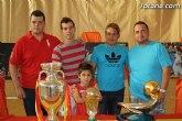 Más de 1.500 aficionados se acercaron al Pabellón 'Manolo Ibáñez' para fotografiarse con las copas del Mundo y de Europa de fútbol