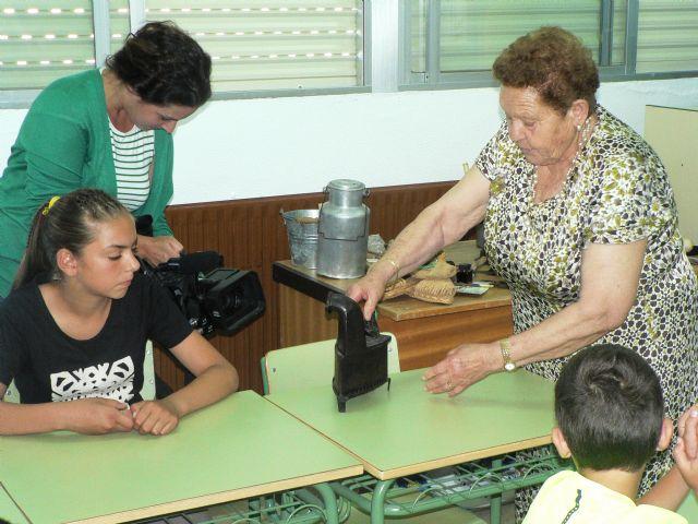 Los mayores del Centro de Día llevan a los colegios su Taller de la experiencia - 2, Foto 2