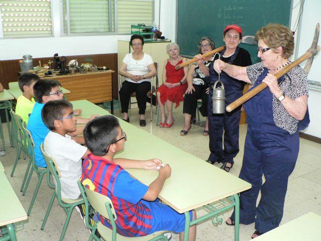 Los mayores del Centro de Día llevan a los colegios su Taller de la experiencia - 3, Foto 3