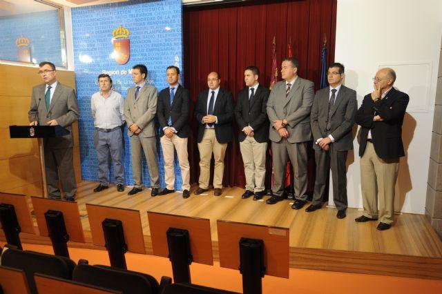 El alcalde de Alhama se reúne con el consejero de Universidades, Empresas e Investigación en busca de una política energética eficaz, Foto 1