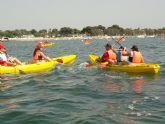 'Un día en piragua' muestra a 50 personas los atractivos de este deporte en el Mar Menor
