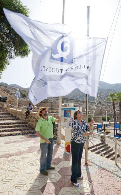 Las once banderas con la Q de calidad turística ya ondean en el litoral cartagenero - 1, Foto 1