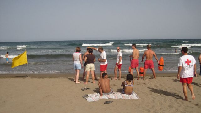 Los Socorristas Acuáticos de Cruz Roja adscritos al Plan Copla 2012 del Ayuntamiento de Águilas rescatan a 14 bañistas durante la jornada del sábado - 1, Foto 1