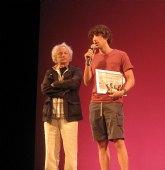 Un actor alhameño, Salvador Serrano Molina, recibe de manos de Rafael �lvarez (El Brujo) el premio nacional al mejor actor en Madrid