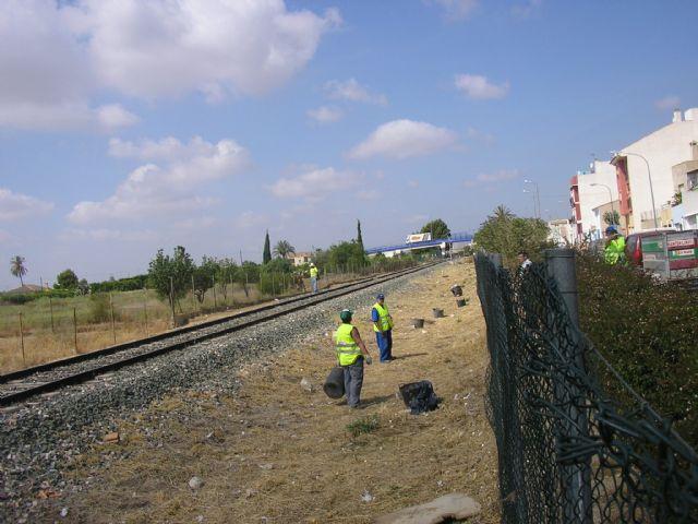 Se logra que ADIF acceda a la limpieza de maleza en los laterales de la vía del tren a su paso por Alhama, Foto 1