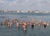Turismo ofrece el programa de ejercicios terapéuticos Fisioterapia en el mar en la playa de La Mota