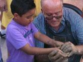Los alfareros de Totana acercan a los niños a las técnicas tradicionales de tratamiento del barro