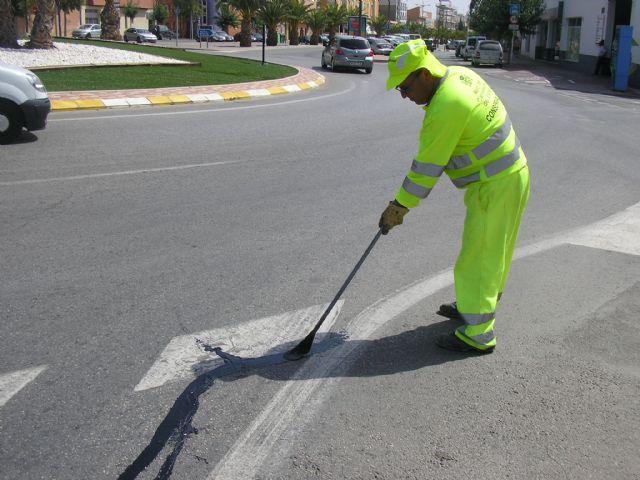 Se sellan las grietas de las avenidas Ginés Campos y Antonio Fuertes ya que son las que más tráfico soportan, a fin de evitar su deterioro, Foto 1