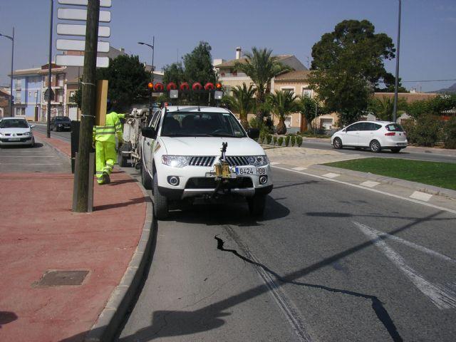 Se sellan las grietas de las avenidas Ginés Campos y Antonio Fuertes ya que son las que más tráfico soportan, a fin de evitar su deterioro, Foto 2