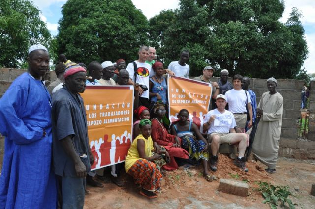 La fundación de los trabajadores de ELPOZO ALIMENTACIÓN dona 6.000 euros para la construcción de un colegio en la aldea de Mangacounda, Foto 1