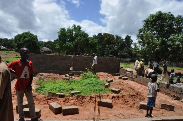 La fundación de los trabajadores de ELPOZO ALIMENTACIÓN dona 6.000 euros para la construcción de un colegio en la aldea de Mangacounda, Foto 2