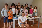 La diseñadora Raquel Samper imparte un taller de reciclaje y diseño de camisetas