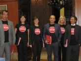El Grupo Socialista mantiene durante el Pleno su protesta mientras el PP rechaza poner fin al 'tarifazo'
