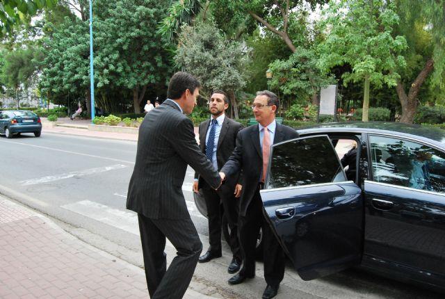 El delegado del Gobierno, Joaquín Bascuñana es recibido por el alcalde de la localidad, Foto 2