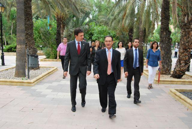El delegado del Gobierno, Joaquín Bascuñana es recibido por el alcalde de la localidad, Foto 3