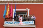 El balc�n principal del Ayuntamiento luce un enorme lazo rosa, s�mbolo de la lucha contra el c�ncer de mama