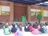 El árbol de los cuentos anima a los niños a leer