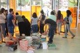 Alumnos del IES Luis Manzanares realizan una escultura con libros con motivo del dia de la biblioteca