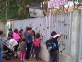 La AMPA del Colegio La Arboleda de Murcia pone centenares de lazos verdes en la valla del colegio por la defensa de la escuela pública