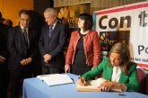 La ministra de Sanidad firma en el libro de honor del Ayuntamiento durante la inaguruación del V Congreso Nacional de Enfermedades Raras