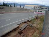 Los socialistas alertan del peligro de accidente en la entrada a la pedanía de Guadalupe debido a la rotura del firme