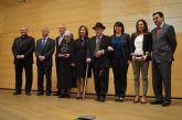 La alcaldesa acompaña a 'el Tío Juan Rita' en el acto de entrega de los premios del Mayor´2012