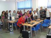 Los usuarios del Servicio de Apoyo Psicosocial visitan un taller de mosaicos en Lorca para aprender la técnica