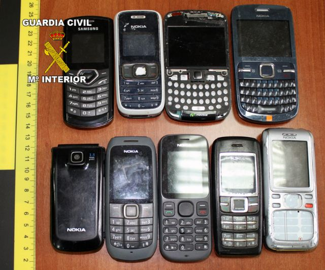 Arrested on suspicion of theft of weapons, jewelry and mobile phones in a home in Totana, Foto 2