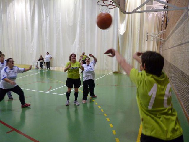 Diez usuarios del Centro Ocupacional Jos� Moy� Trilla representaron a Totana en el Campeonato Regional de Naloncesto de Juegos Especiales, Foto 1