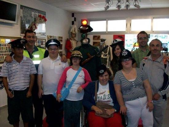 Los alumnos del Centro de D�a de discapacidad intelectual Jos� Moya Trilla visitan el Museo de la Polic�a Local, Foto 1