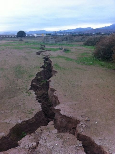 The City Council requested the presence of Totana technical Geological Survey to the surprising appearance of a crack of more than 300 meters long, Foto 2